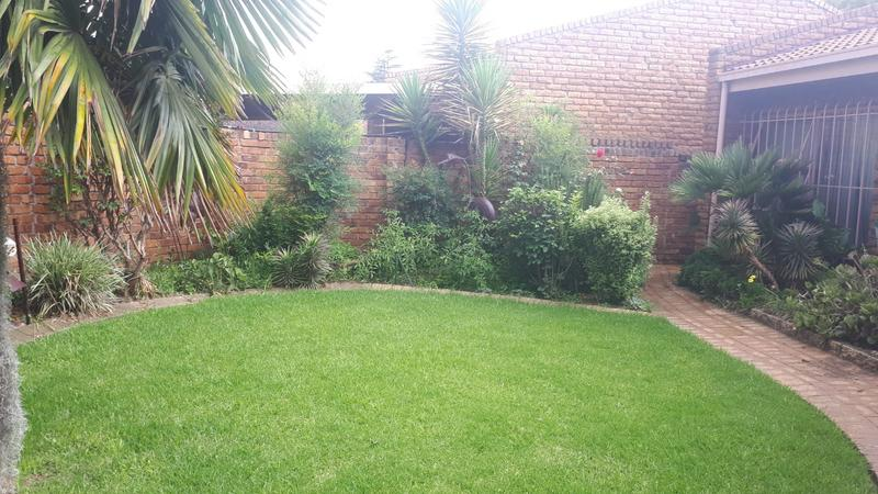 Townhouse For Sale in Strubenvale, Springs